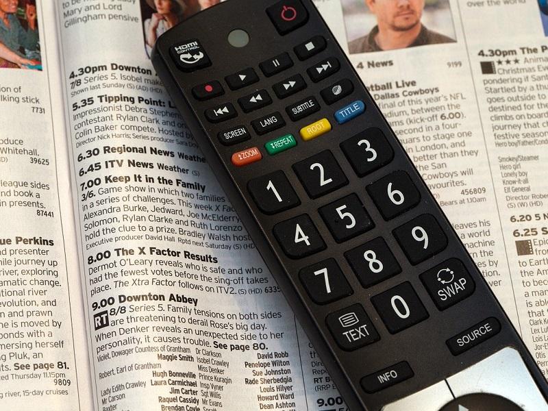 mando a distancia sobre un periódico como alternativas a gnula series